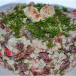 Салат с красной фасолью, сыром и крабовыми палочками