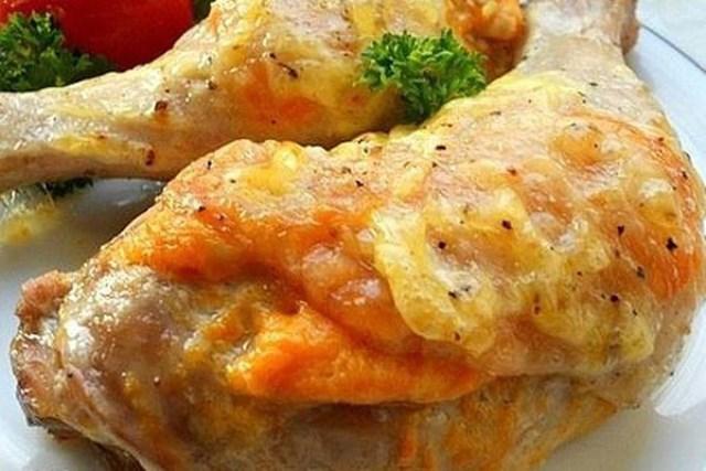 Окорочка по этому рецепту получаются очень мягкими и нежными, со сливочно-чесночным вкусом и аппетитной корочкой.