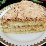 Торт с грецкими орехами и ванильным пудингом не надоест никогда! Легкий торт станет незаменимым на праздничном столе благодаря одному секретному ингредиенту! Намного вкуснее магазинного. И крошки не остается. Объедение!
