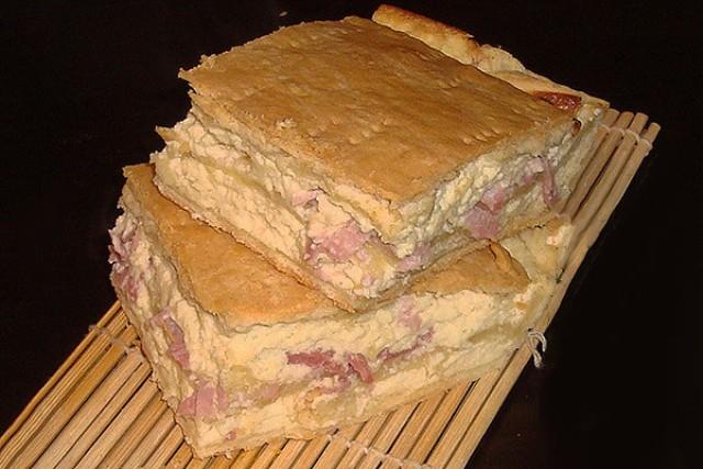 Хрупкое тесто, нежная начинка, доступные продукты, простота в приготовлении, замечательный сливочный вкус. Все это можно сказать об этом пироге.