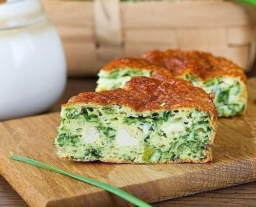 Просто нарасхват! Безумно вкусно - нежный пирог с зеленым луком, курицей и сырной корочкой.