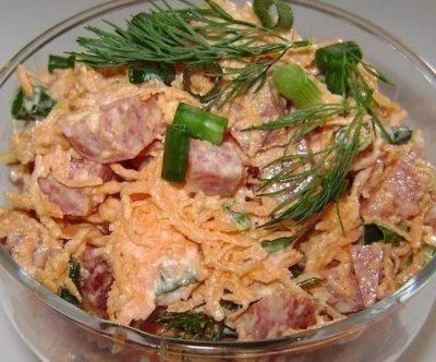 Быстрый и вкусный салат с копченой колбаской