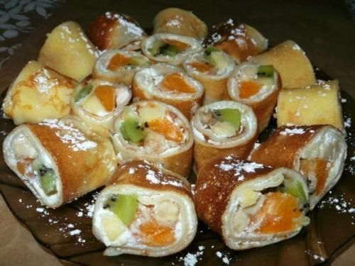 Блинные роллы с фруктовой начинкой.