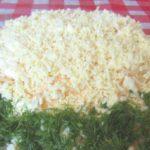 Салат«Курица под шубой» — очень простой в исполнении и вкусный слоеный салат. Подходит для подачи на любой праздник, гости от него в восторге!