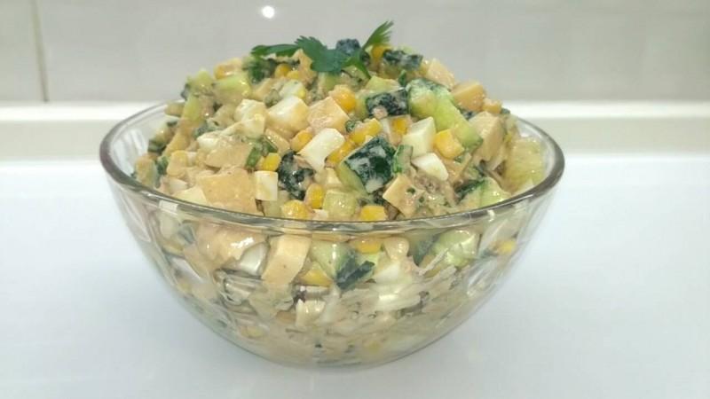 Необыкновенно вкусный, сочный и лёгкий в приготовлении салат с тунцом. Идеально подойдёт к ужину!