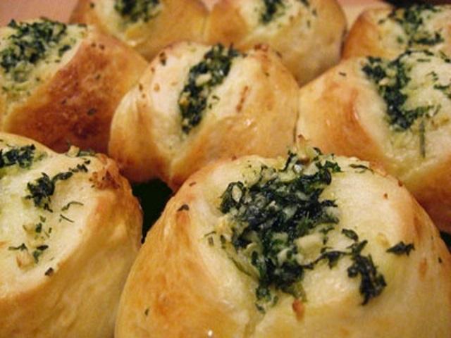 Булочки с чесночком и ароматной зеленью просто тают во рту! Попробуйте - очень вкусно!