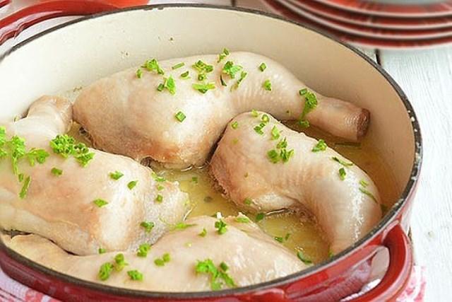 Очень вкусный и элементарный способ приготовления курицы, которая тушится в собственном соку. . Берем на вооружение.