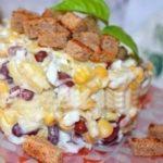 Салат с фасолью, сыром и сухариками затмил все другие салаты! Непременно попробуйте!