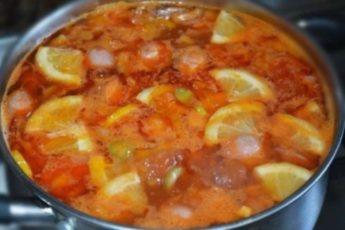 Суп-солянка получается очень сытная и вкусная!