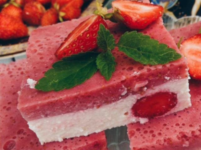 Божественный вкус десерта из творога и клубники просто сводит с ума. Очень вкусно!