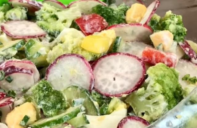 Легкий летний витаминный салат с редисом для тех, кто следит за фигурой.
