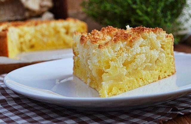 Нежный творожный пирог с яблоками и кокосовой карамелью.