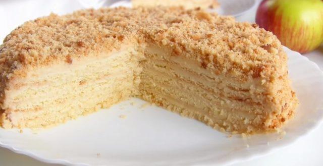 Великолепный торт с яблоками, который легко готовится и молниеносно съедается.