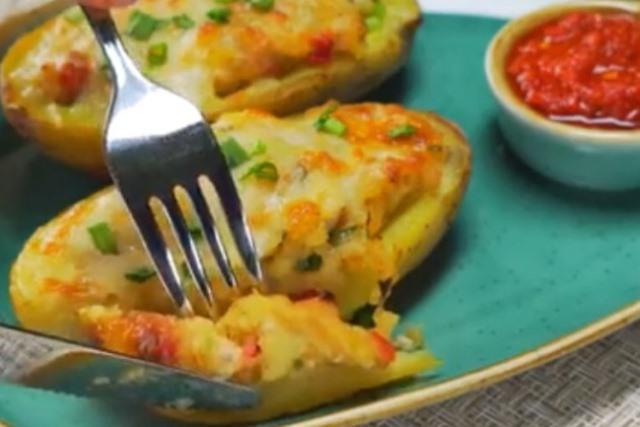 Запечённый картофель, фаршированный куриной грудкой имеет потрясающий аромат и обалденный вкус.