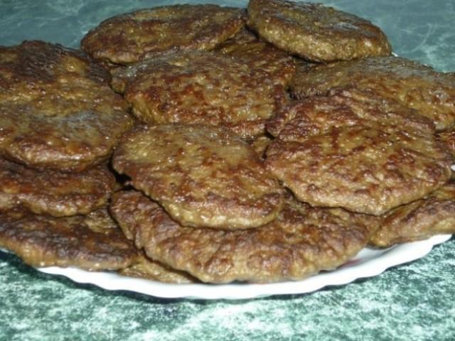 Вкусные, полезные и легкие в приготовлении печеночные котлеты отлично подходят для семейного обеда или ужина.