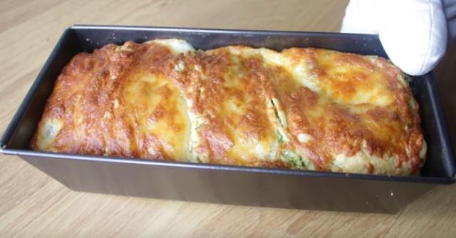 Чесночный пирог с зеленью и сыром. Перед его ароматом не устоит никто.