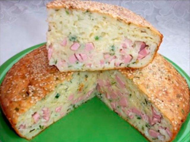 Записывайте рецепт замечательного пирога с колбасой и сыром на кефире. Отличное угощение или перекус детям в школу и мужу на работу!
