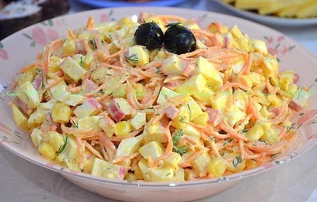 """Прекрасный легкий салат """"Валерия"""" подходит как для праздничного стола, так и для повседневного блюда."""