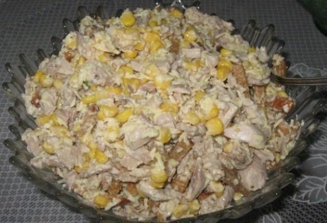 Сочный, вкусный и сытный салат с курицей, сухариками и кукурузой — отличный вариант как для новогоднего стола, так и в случае, когда к вам пришли нежданно гости.