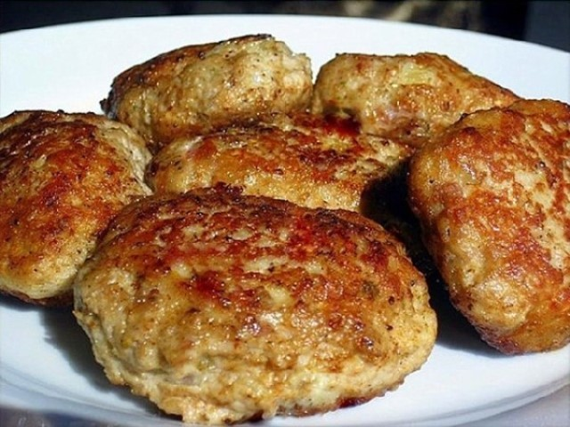 Пышные и сочные мясные котлеты с овсяными хлопьями и сыром. Отличный вариант, как для будничного, так и для праздничного стола.